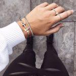 Nova Anchor Cuff u srebrnoj. Sidro pričvrćeno narukvici pruža ono nešto jedinstveno, suptilno zaobljeno i jednostavno elegantno.